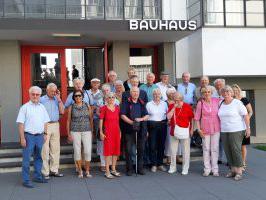 Die Berliner Kellerrunde vor dem Bauhaus in Dessau