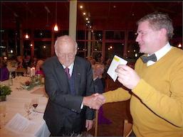 Gerhard Naulin bedankt sich für den Abend und überreicht Herrn Keller eine Spende der Kellerrunde