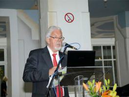 Kellerfreund Werner Ukas begrüßt die Gäste