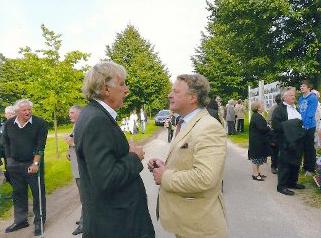 Der Schlossherr und Initiator der Festspiele, Herr von Maltzahn, im Gespräch mit Professor Dr. Neumann, Mitglied der Kellerrunde